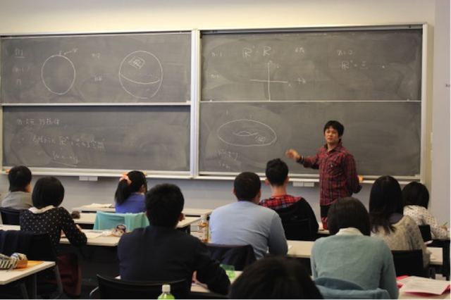 Students taking part in Associate Professor Toda's lecture on the Calabi-Yau manifold.