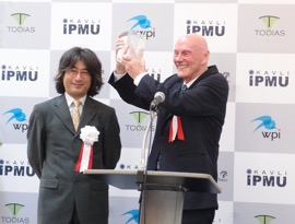 Fig. 1. Celebrating the establishment of Kavli IPMU.  Kavli IPMU Director Hitoshi Murayama and Fred Kavli in 2012.